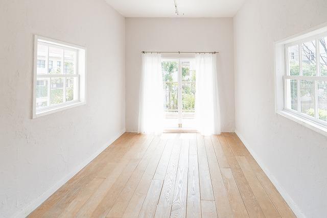明るい窓の部屋