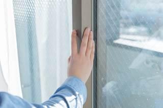 窓ガラスから音がする
